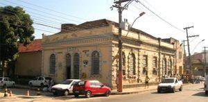 """A carceragem da """"Delegacia Legal"""", em Neves, foi estação de trem."""